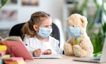 Petite fille avec son ours en peluche portant un masque prévention coronavirus